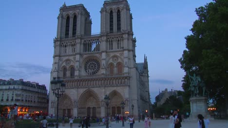 Time-lapse-of-visitors-arriving-at-the-Notre-Dame-cathedral-in-Paris-France