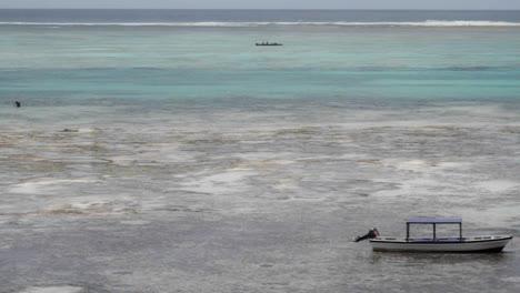 Barcos-Y-Pescadores-En-La-Bahía-Durante-La-Marea-Baja-