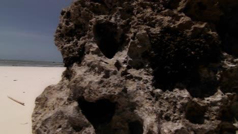 Sartén-Junto-Al-Mar-De-Roca-A-Playa