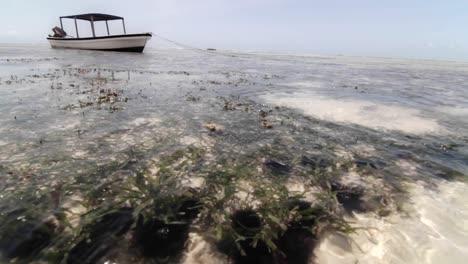 Barco-En-Marea-Baja-Con-Agua-En-Movimiento