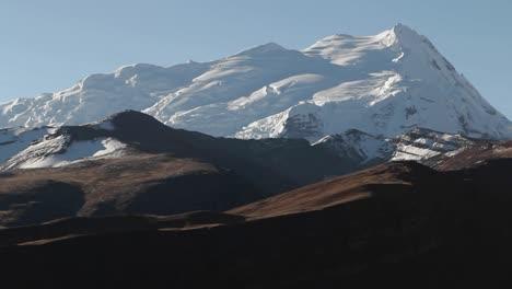 Disparo-Estático-De-Pico-Nevado-En-El-Sol-Del-último-Día