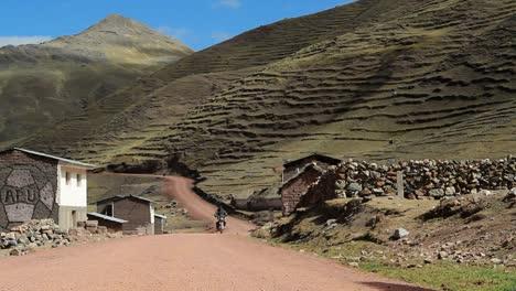 Motociclista-Viajar-Por-Pueblo