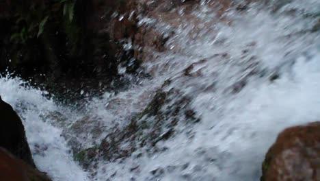 Mirando-Hacia-Abajo-De-La-Cascada-Mientras-El-Agua-Se-Precipita-Sobre-El-Borde