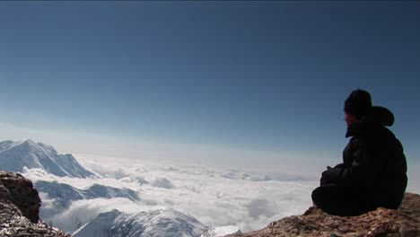 Reflexión-Sobre-La-Repisa-Muy-Por-Encima-De-Las-Nubes