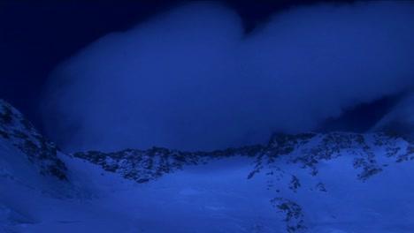 Montaña-Superior-En-Luz-Azul-Pálida