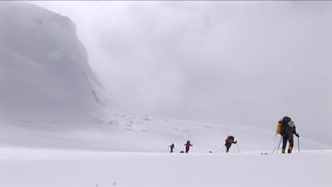 Climbers-ascending-with-snow-coming-down