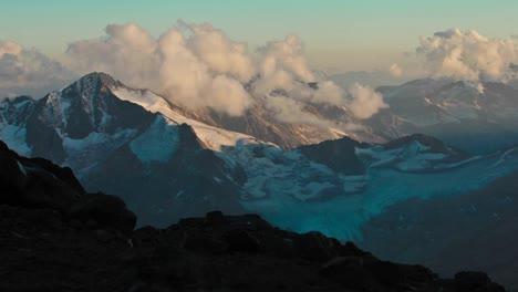 Sol-Y-Nubes-Moviéndose-Sobre-Las-Montañas-Del-Cáucaso