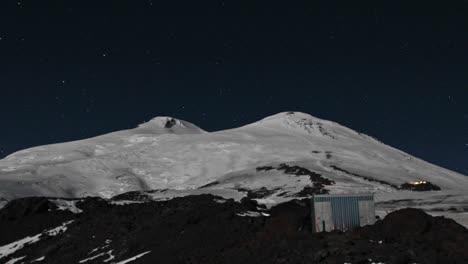 Vista-De-La-Montaña-Superior-Incluido-El-Campamento-Final-Iluminado