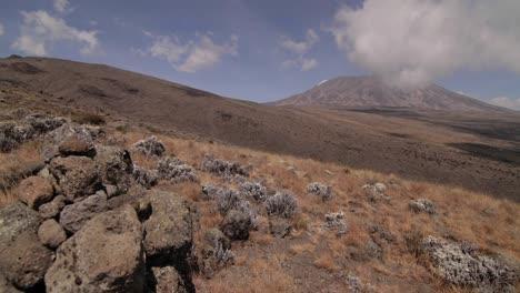Kilimanjaro-Wolken-über-Felsen-Vorne