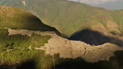 Machu-Picchu-Desde-La-Distancia-En-La-Sombra