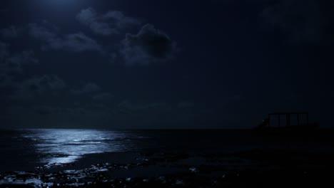 Luna-Sobre-El-Agua-De-La-Playa