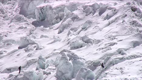 Climbers-in-the-icefall