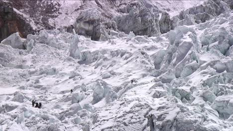 Pan-up-with-climbers-in-Khumbu-icefall