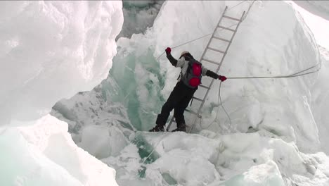 Pan-from-crevasse-to-Sherpa-holding-ropes