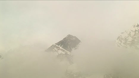 Zoom-in-on-Everest-through-the-clouds