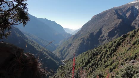 Reveal-of-valley-in-Himalayas-along-basecamp-trek