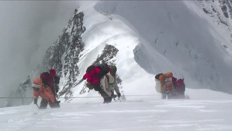 Sherpas-and-Climbers-in-heavy-winds