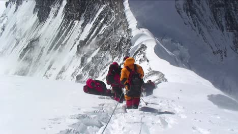 Climbers-stuck-and-turning-back-in-high-winds