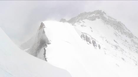 Soplando-Nieve-En-Una-Cresta