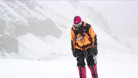 Bergsteiger-Nähert-Sich-Durch-Fallenden-Schnee