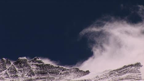 Viento-Rodando-Desde-La-Cumbre-Del-Everest-Gran-Penacho-De-Nieve