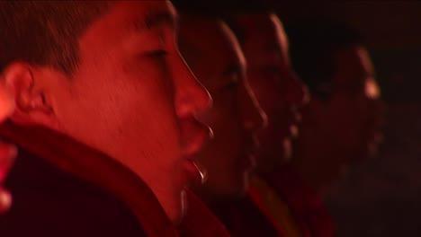 Monjes-En-El-Templo-Cantando