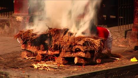 Hombre-Avivando-Gran-Fuego-Ceremonial-Hombre-Avivando-Gran-Fuego-Ceremonial