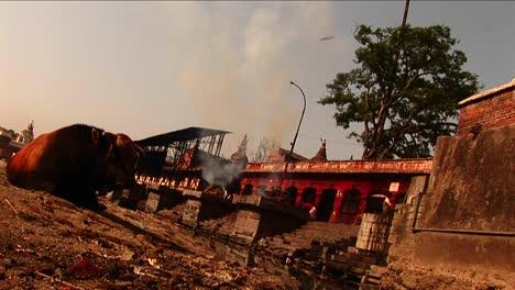 Fuego-Ceremonial-Fuera-Del-Templo-En-Nepal-1