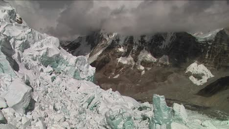 Pan-to-unstable-serac-in-middle-of-icefall