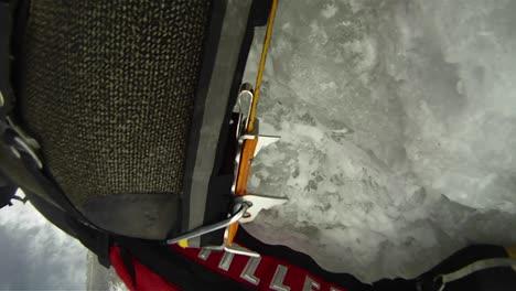 Primer-Plano-De-Escaladores-Crampones-En-Hielo