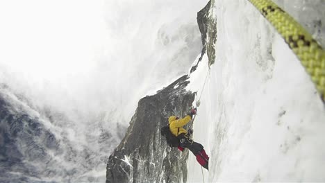 Climber-ascends-into-strong-winds