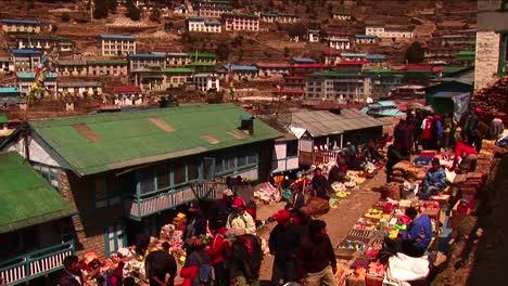 Pan-Hacia-Abajo-Hasta-El-Mercado-De-Namche-Bazaar-En-Nepal