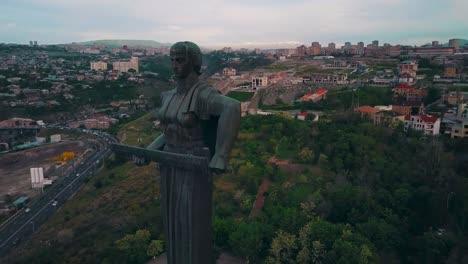 Antena-Alrededor-De-La-Estatua-De-La-Madre-De-Armenia-En-La-Capital-Ereván