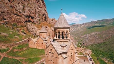 Antena-De-Una-Hermosa-Iglesia-Del-Monasterio-De-Noravank-En-Las-Montañas-Del-Cáucaso-De-Armenia