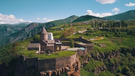 Antena-De-Una-Hermosa-Iglesia-Del-Monasterio-De-Tatev-En-Las-Montañas-Del-Cáucaso-De-Armenia