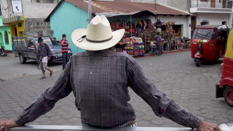 Zeitlupe-Des-Maya-Mannes-Während-Tuktuks-In-Den-Straßen-Von-Santiago-Atitlan-Guatemala-Passieren