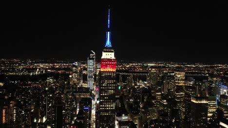 Buena-Antena-De-La-Torre-Del-Empire-State-Building-Iluminado-En-Rojo-Blanco-Y-Azul-En-La-Ciudad-De-Nueva-York-Nueva-York