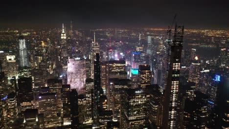 Una-Vista-Aérea-Muestra-Una-Toma-De-La-Fila-De-Multimillonarios-En-La-Ciudad-De-Nueva-York-Nueva-York