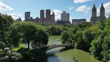 Touristen-Werden-Gesehen-Wie-Sie-Auf-Der-Bogenbrücke-Und-Ruderbooten-Auf-Dem-See-Darunter-Im-Central-Park-New-York-Laufen-