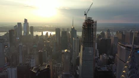 Una-Vista-Aérea-Muestra-Los-Rascacielos-De-La-Calle-42-En-La-Ciudad-De-Nueva-York-Nueva-York-Al-Atardecer