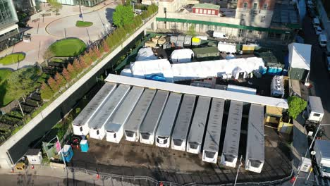 An-vista-aérea-view-over-temporary-morgue-refrigeration-trailers-containing-the-bodies-of-victims-of-the-coronavirus-pandemic