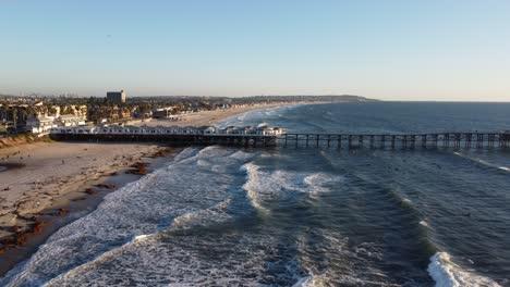 Antena-Sobre-Surfistas-En-Crystal-Pier-En-San-Diego-California