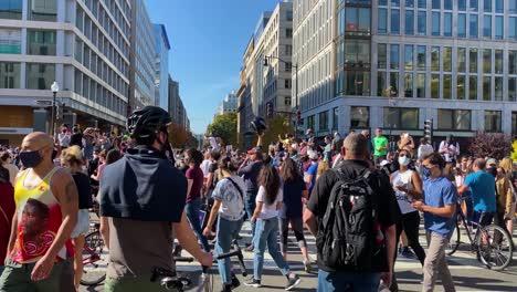 Multitudes-Se-Reúnen-En-Las-Calles-De-Washington-Dc-Para-Celebrar-La-Victoria-De-Joe-Biden-Sobre-Donald-Trump-En-Las-Elecciones-Presidenciales-De-Estados-Unidos-1