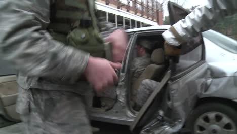 Los-Bomberos-Con-Trajes-Ignífugos-Utilizan-Una-Maniobra-De-Mandíbulas-De-La-Vida-Para-Rescatar-A-Una-Persona-De-Un-Automóvil-Durante-Esta-Simulación-2