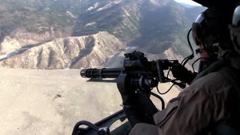 Los-Marines-Disparan-Al-Enemigo-Desde-Un-Helicóptero-Con-Ametralladoras-