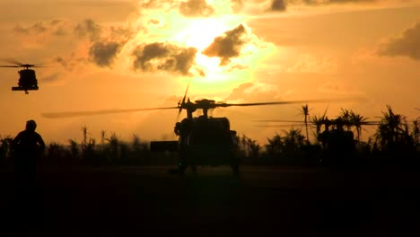 Helicópteros-Militares-Aterrizan-En-Una-Pista-Al-Amanecer-O-Al-Atardecer