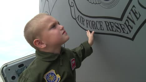 Un-Niño-Imagina-Que-Algún-Día-Se-Convertirá-En-Piloto-De-La-Fuerza-Aérea-En-Este-Cortometraje