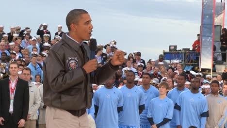 Barack-Obama-Habla-Con-Un-Grupo-En-Un-Portaaviones-Sobre-Llevar-A-Osama-Bin-Laden-Ante-La-Justicia