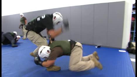 La-Policía-De-La-Patrulla-Fronteriza-Y-Los-Agentes-De-La-Dea-Aprenden-Habilidades-De-Combate-Cuerpo-A-Cuerpo-En-El-Centro-De-Capacitación-Avanzada-De-Protección-Fronteriza