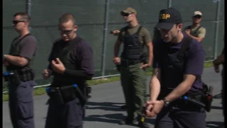 La-Policía-De-La-Patrulla-Fronteriza-Y-Los-Agentes-De-La-DEA-Aprenden-Habilidades-Con-Armas-Eléctricas-En-El-Centro-De-Capacitación-Avanzada-De-Protección-De-Fronteras
